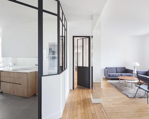 Cette Image Montre Une Salle De Séjour Design Avec Un Mur Blanc Et Un Sol En