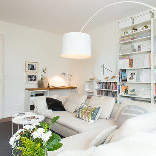 Idées déco pour une salle de séjour avec une bibliothèque ou un coin lecture scandinave de taille moyenne et fermée avec un mur blanc, aucune cheminée et aucun téléviseur.