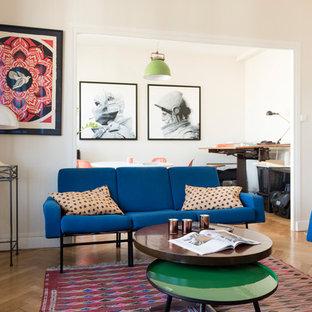 Réalisation d'une salle de séjour design avec un mur blanc, un sol en bois brun et un sol marron.