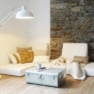Réalisation d'une salle de séjour design de taille moyenne et ouverte avec un mur blanc, un sol en bois brun et aucun téléviseur.