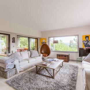 Idée de décoration pour une salle de séjour design avec un mur beige, aucune cheminée, un téléviseur indépendant et un sol beige.