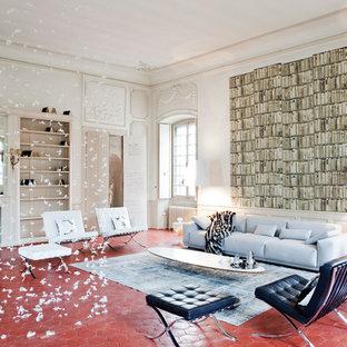 Exemple d'une salle de séjour tendance avec un mur blanc, une cheminée standard, un manteau de cheminée en plâtre, un sol en carreau de terre cuite et un sol rouge.