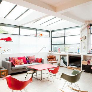 Cette image montre une salle de séjour design de taille moyenne et fermée avec un téléviseur encastré.