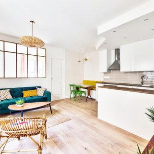 Mittelgroßes, Offenes Shabby-Look Wohnzimmer ohne Kamin mit weißer Wandfarbe, hellem Holzboden, freistehendem TV und Tapetenwänden in Paris