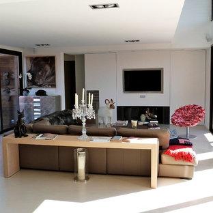 Idée de décoration pour une grande salle de séjour design ouverte avec un mur blanc et un téléviseur encastré.