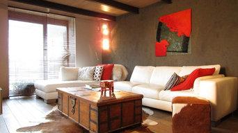 Le salon mixte parquet en chêne, mur en terre et peaux de bête