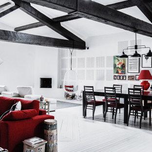 Großes, Offenes Modernes Wohnzimmer mit weißer Wandfarbe, gebeiztem Holzboden, Eckkamin, Wand-TV, weißem Boden und Holzdecke in Sonstige