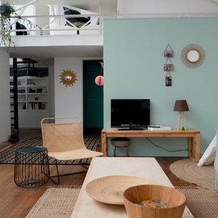 Réalisation d'une salle de séjour nordique de taille moyenne et ouverte avec un sol en bois brun, aucune cheminée, un téléviseur indépendant et un mur multicolore.
