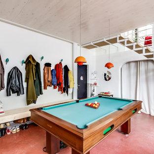 Réalisation d'une grand salle de séjour bohème avec salle de jeu et un mur blanc.