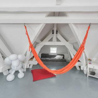 Exemple d'une grande salle de séjour tendance avec salle de jeu, un mur blanc, béton au sol, aucune cheminée et aucun téléviseur.