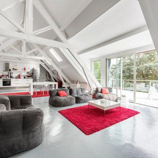 Réalisation d'une grand salle de séjour design avec un mur blanc, béton au sol, aucune cheminée et aucun téléviseur.