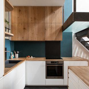 Mittelgroße, Offene Industrial Bibliothek mit blauer Wandfarbe, Keramikboden und grauem Boden in Paris