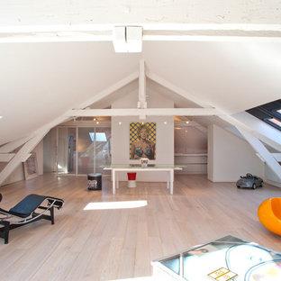 Aménagement d'une très grande salle de séjour contemporaine avec un mur blanc, un sol en bois clair et salle de jeu.