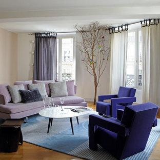 Cette photo montre une salle de séjour tendance de taille moyenne et fermée avec un mur blanc, un sol en bois brun et aucun téléviseur.