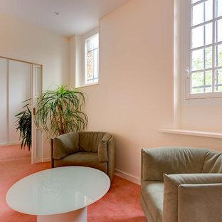Idee per un soggiorno design di medie dimensioni e chiuso con pareti rosa, moquette e pavimento rosa