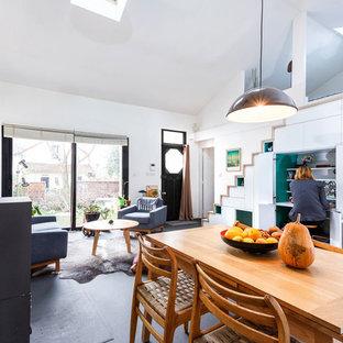 Foto de sala de estar con biblioteca tipo loft, escandinava, pequeña, sin televisor, con paredes blancas, suelo vinílico, estufa de leña y suelo gris