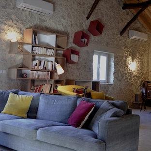 Idee per un grande soggiorno contemporaneo aperto con pareti beige, pavimento in terracotta, pavimento beige e libreria