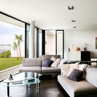 Cette photo montre une grande salle de séjour tendance ouverte avec un mur blanc, un sol en bois foncé et aucun téléviseur.
