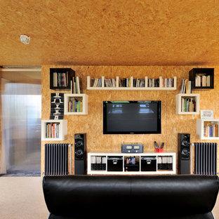 Foto di un soggiorno industriale stile loft e di medie dimensioni con pareti beige, pavimento in compensato, TV a parete e nessun camino