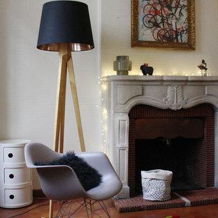 Inspiration pour une salle de séjour traditionnelle de taille moyenne et ouverte avec un mur blanc, un sol en carreau de terre cuite, une cheminée standard, un manteau de cheminée en pierre et aucun téléviseur.