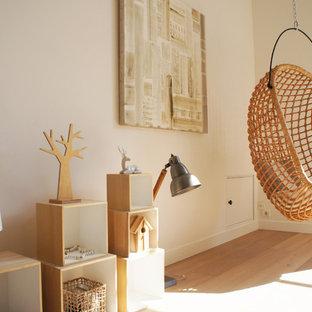 Aménagement d'une grande salle de séjour contemporaine ouverte avec un mur blanc, un sol en bois clair et aucun téléviseur.