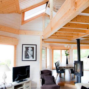 Inspiration pour une grande salle de séjour chalet ouverte avec un sol en carrelage de céramique, un téléviseur indépendant et un mur blanc.
