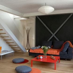 Inspiration pour une salle de séjour design de taille moyenne et ouverte avec un mur blanc, un sol en bois clair, aucune cheminée et aucun téléviseur.