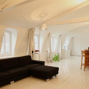 Modelo de sala de estar actual con suelo de madera pintada y paredes blancas
