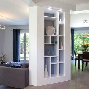 Immagine di un soggiorno contemporaneo di medie dimensioni e aperto con pareti bianche, parquet scuro, TV a parete e pavimento giallo