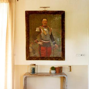 パリの大きい地中海スタイルのおしゃれなファミリールーム (ベージュの壁、テレビなし、ベージュの床) の写真