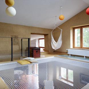Aménagement d'une salle de séjour contemporaine de taille moyenne avec aucune cheminée, aucun téléviseur, un mur marron, un sol en bois clair et un sol beige.