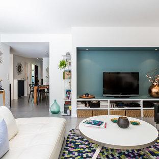 Cette image montre une grande salle de séjour design ouverte avec un téléviseur indépendant, un sol en carrelage de céramique, aucune cheminée et un mur multicolore.