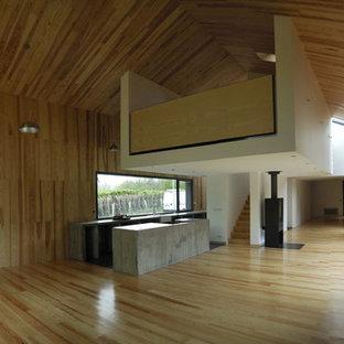 Idée de décoration pour une grande salle de séjour design ouverte avec un mur marron, un sol en bois brun et aucun téléviseur.