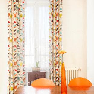 Idee per un soggiorno chic di medie dimensioni e aperto con pareti bianche, pavimento con piastrelle in ceramica, nessun camino, nessuna TV e pavimento beige