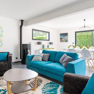 Cette image montre une grande salle de séjour design ouverte avec un mur blanc.