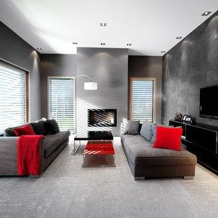 Cette image montre une salle de séjour design de taille moyenne et fermée avec un mur gris, une cheminée standard et un téléviseur fixé au mur.