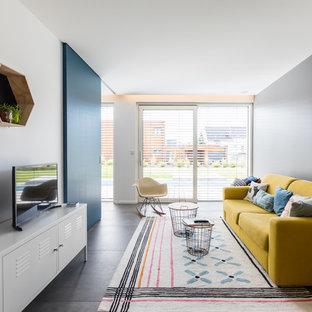 Cette image montre une salle de séjour design de taille moyenne et ouverte avec un mur bleu, un sol en carrelage de céramique, un téléviseur indépendant et un sol gris.