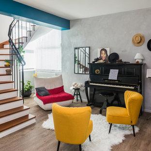 Idées déco pour une salle de séjour éclectique ouverte avec une salle de musique, un mur gris, un sol en bois foncé et un sol marron.