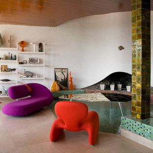 Cette image montre une salle de séjour bohème avec un mur blanc et une cheminée standard.