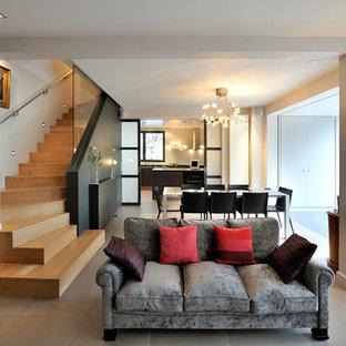 Idées déco pour une salle de séjour contemporaine de taille moyenne et ouverte avec un mur beige et un sol en carrelage de céramique.