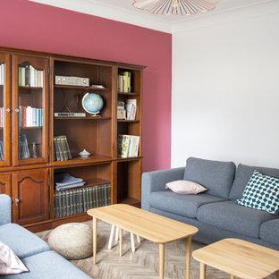 Imagen de sala de estar retro, grande, con paredes rosas y suelo vinílico