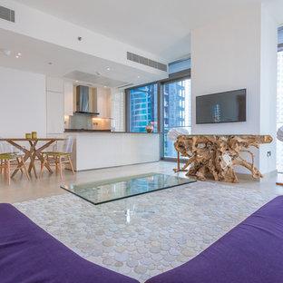 Esempio di un grande soggiorno stile marinaro aperto con pareti bianche, nessun camino, TV a parete, pavimento beige e pavimento in marmo