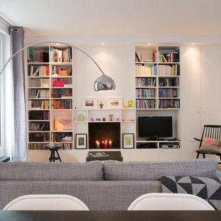 パリの北欧スタイルのおしゃれなファミリールーム (ライブラリー、白い壁、暖炉なし、据え置き型テレビ) の写真