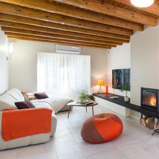 Cette image montre une salle de séjour design avec un mur blanc et une cheminée d'angle.