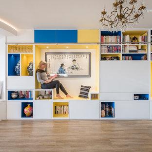 Ispirazione per un grande soggiorno etnico aperto con libreria, pareti bianche, pavimento in legno massello medio, nessun camino e TV nascosta
