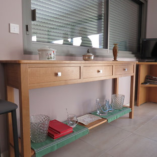 他の地域の中サイズのトラディショナルスタイルのおしゃれなファミリールーム (ピンクの壁、セラミックタイルの床、据え置き型テレビ、ベージュの床) の写真