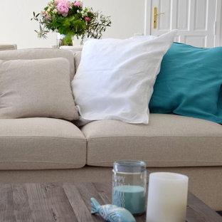 Ejemplo de sala de estar de estilo de casa de campo, de tamaño medio, con paredes blancas, suelo de mármol y suelo beige