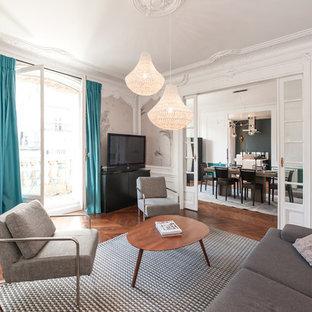Inspiration pour une grande salle de séjour design fermée avec un mur beige, un sol en bois foncé, un téléviseur indépendant et aucune cheminée.