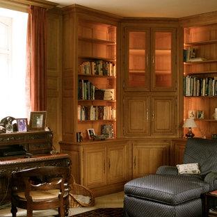 Cette photo montre une salle de séjour avec une bibliothèque ou un coin lecture montagne de taille moyenne et fermée avec un mur marron, un sol en bois brun et aucun téléviseur.