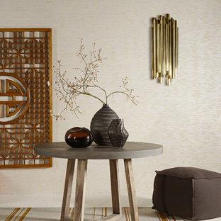 他の地域の中サイズのトロピカルスタイルのおしゃれなファミリールーム (ベージュの壁、カーペット敷き、暖炉なし、テレビなし) の写真